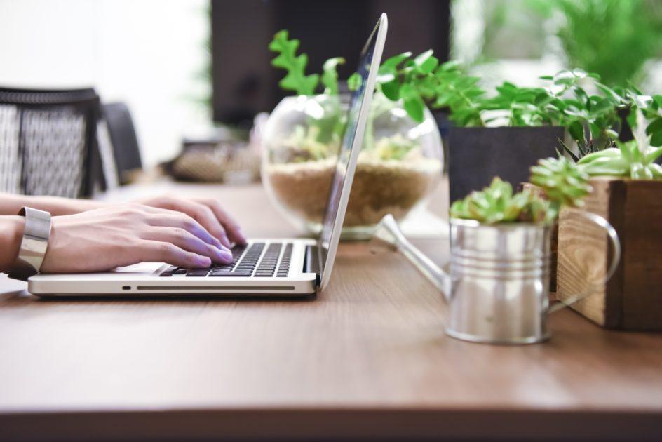 パソコンを使って家で仕事をする人