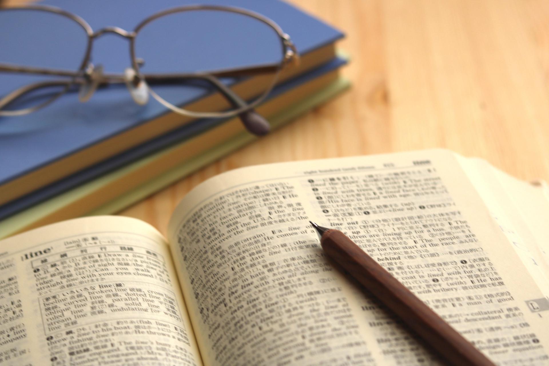 開いた本と鉛筆