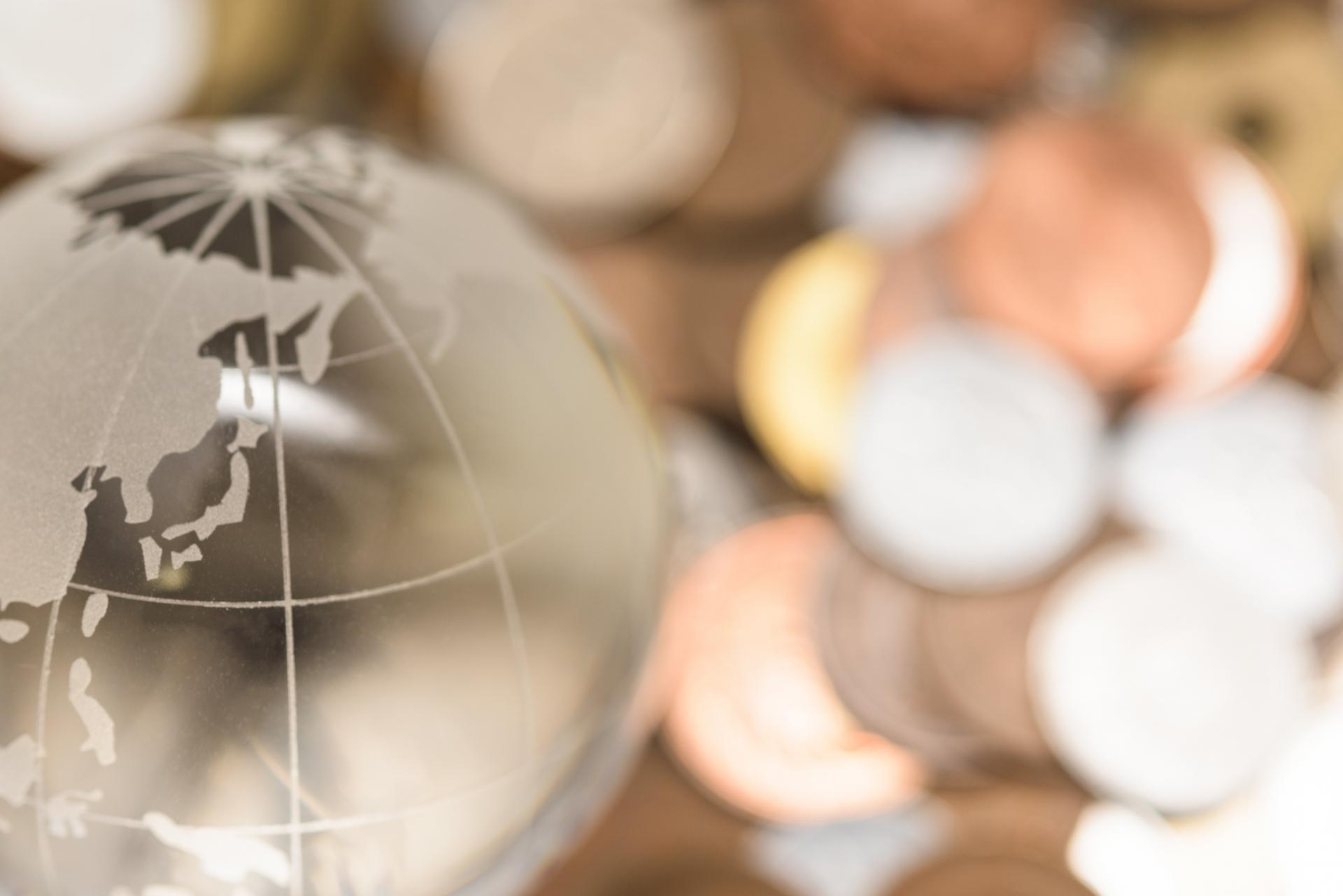地球儀とたくさんの小銭