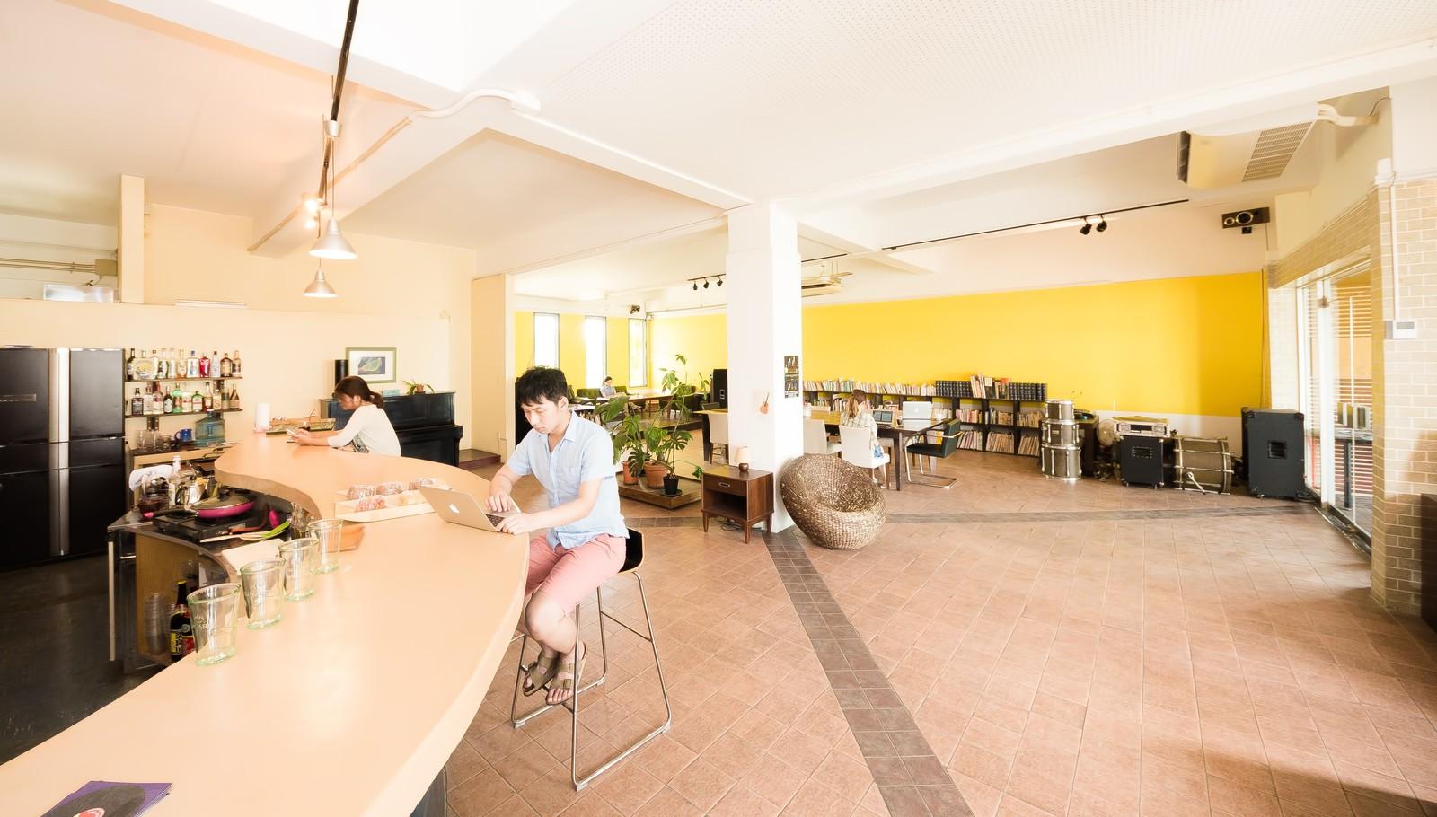 コワーキングカフェで働く人