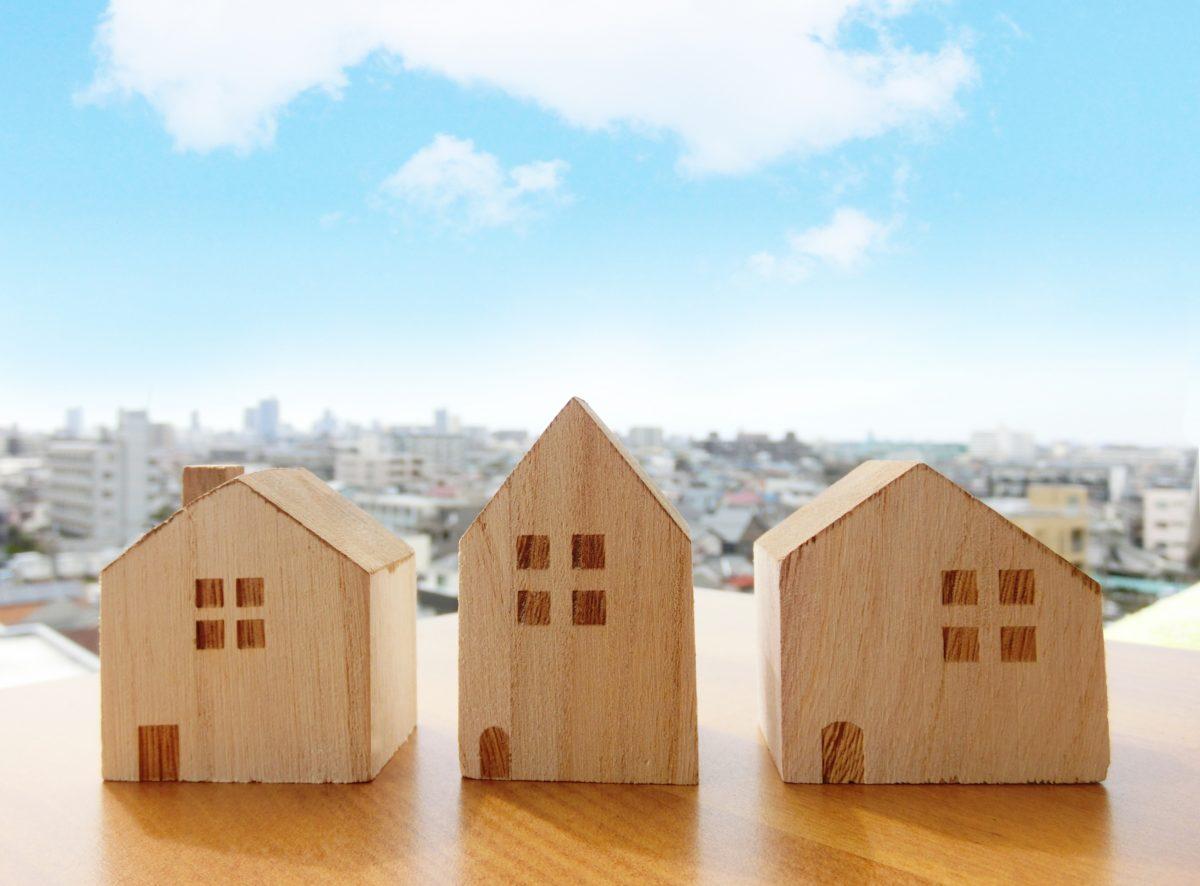 空と家が立ち並ぶ町並み